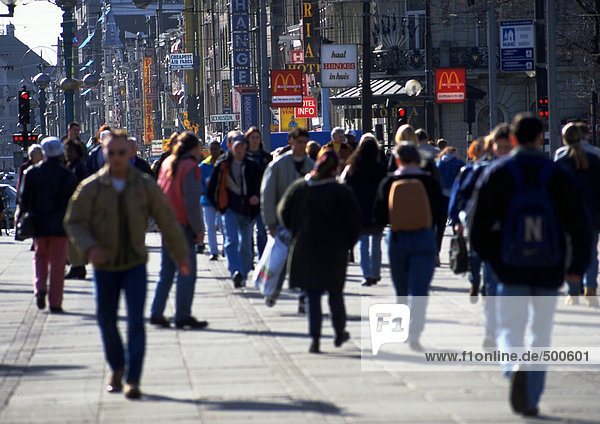 Menschenmenge  warm gekleidet  auf dem Bürgersteig in der Stadt  verschwommen.