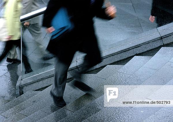 Mann geht die Treppe hinauf  niedriger Abschnitt  verschwommene Bewegung