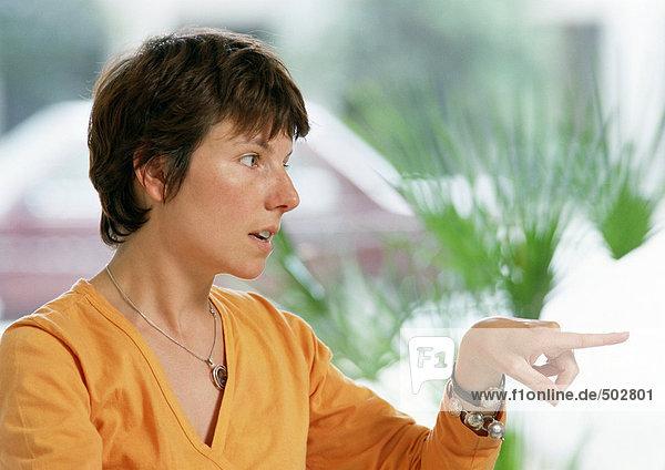 Frau mit Zeigefinger  Portrait