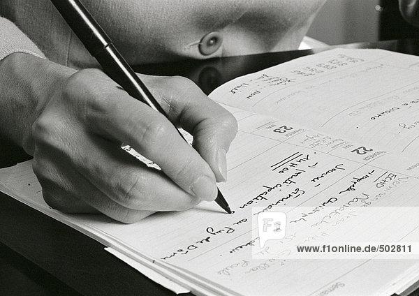 Handschrift auf der Tagesordnung  Nahaufnahme  s/w