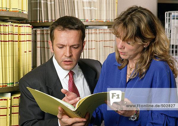 Mann und Frau prüfen Dokument