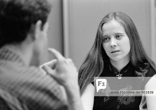Junger Mann  Rückansicht und junge Frau  Vorderansicht  im Fokus  s/w