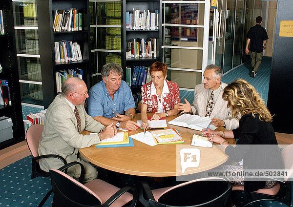 Fünf Personen sitzend im Konferenzraum  hohe Blickwinkel