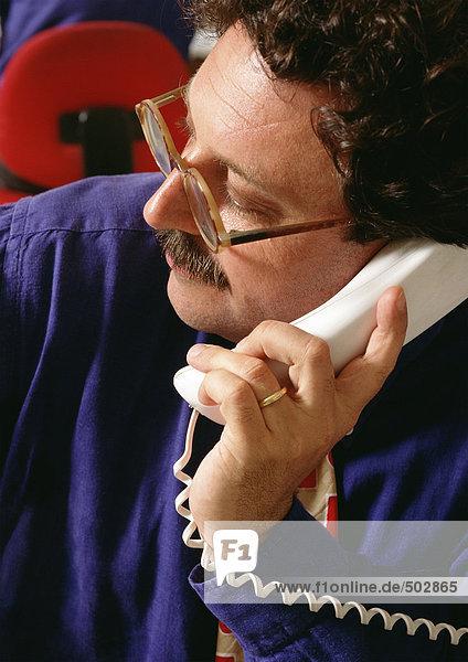 Mann mit Telefon  hohe Blickwinkel