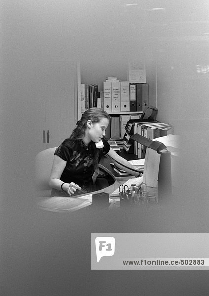 Frau telefoniert  verschwommen  s/w
