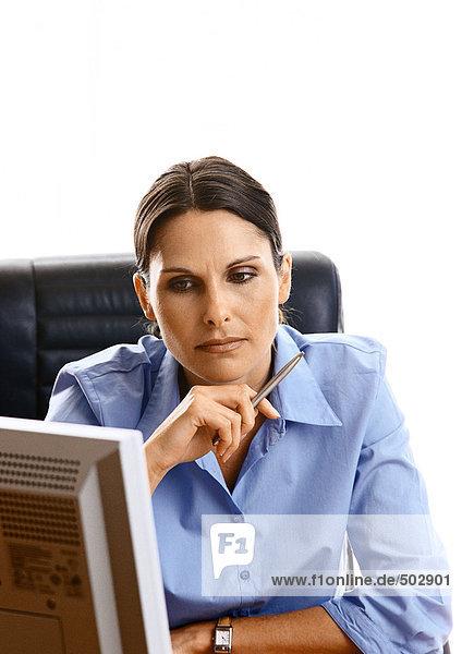 Frau schaut auf den Computerbildschirm