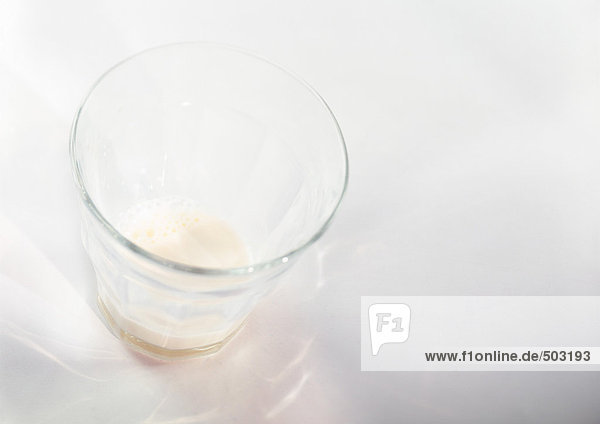Leeres Milchglas  erhöhte Ansicht