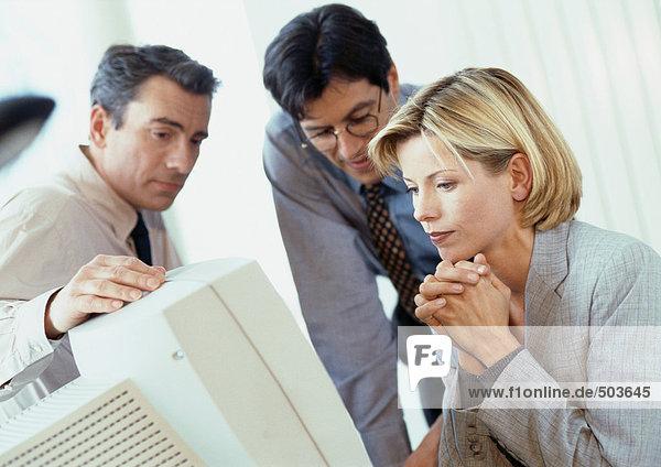Zwei Geschäftsleute und eine Geschäftsfrau auf dem Bildschirm