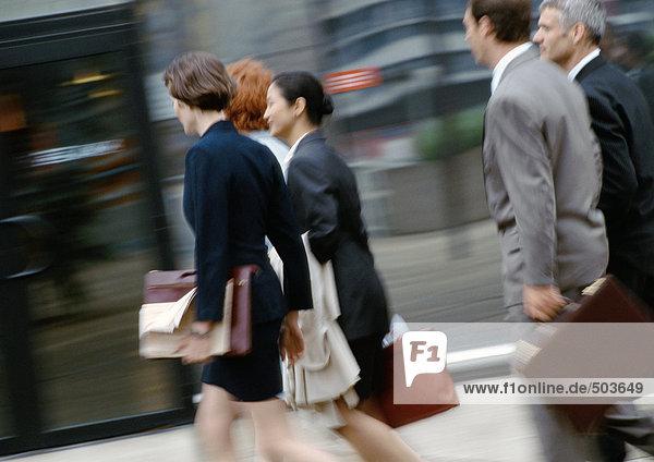 Gruppe von Geschäftsleuten zu Fuß  Seitenansicht  unscharf