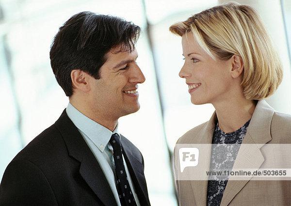 Geschäftsmann und Geschäftsfrau von Angesicht zu Angesicht  lächelnd  Nahaufnahme
