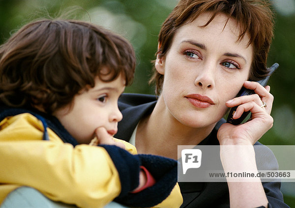 Geschäftsfrau am Handy mit Kind  Nahaufnahme