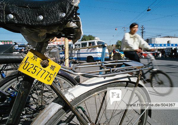China  Peking  Nahaufnahme des alten Fahrrads  Mann auf dem Fahrrad im Hintergrund  verschwommen