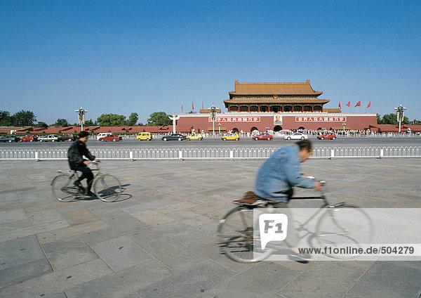 China  Peking  zwei Fahrradfahrer auf der Straße vor der Verbotenen Stadt