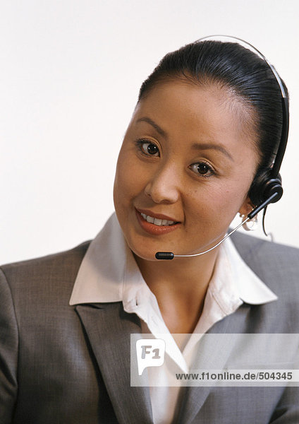 Frau mit Kopfhörer  Blick in die Kamera  Porträt