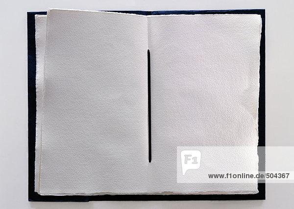 Handgemachtes Buch mit leeren Seiten  Nahaufnahme