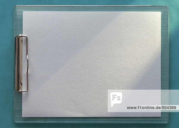 Klemmbrett mit leerem weißen Papier  horizontal  volle Länge  Nahaufnahme  blaugrüner Hintergrund