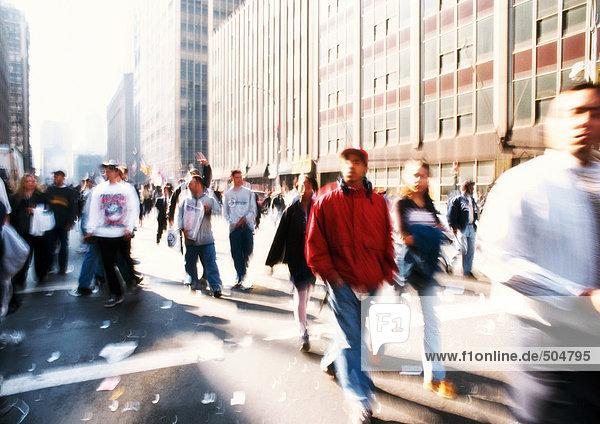 Menschen  die auf der Straße gehen