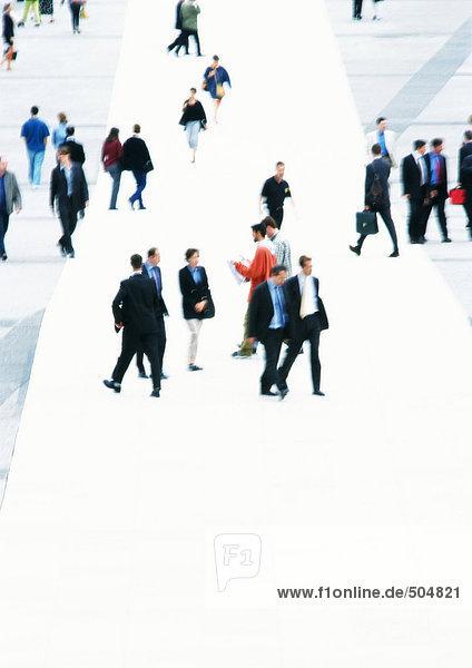 Menschen  die auf dem öffentlichen Platz spazieren gehen  Blick in den hohen Winkel