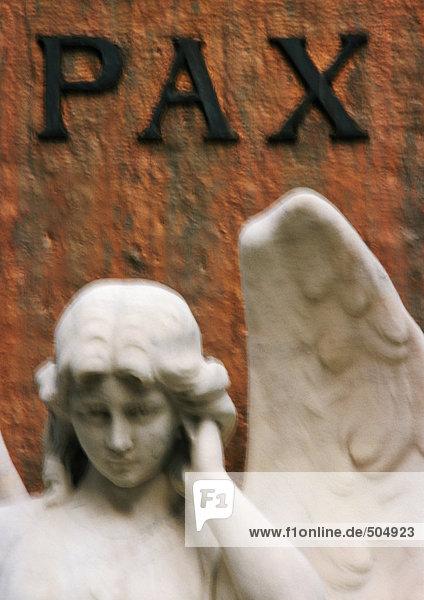 Statue des Engels unter lateinischer Inschrift mit der Bedeutung Frieden . Statue des Engels unter lateinischer Inschrift mit der Bedeutung Frieden .