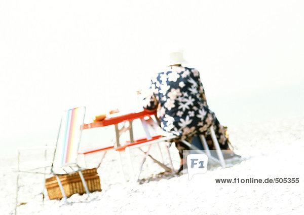 Person am Strand  Rückansicht  unscharf