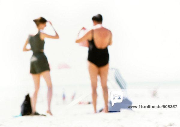 Menschen am Strand stehend  Rückansicht  unscharf