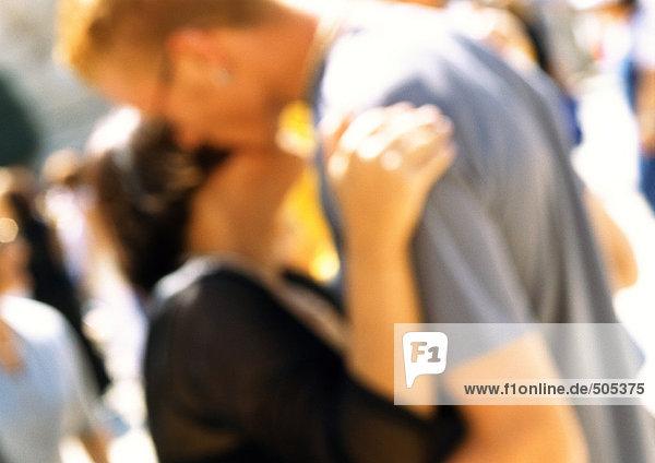 Mann und Frau umarmend  Nahaufnahme  verschwommen