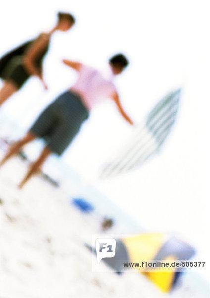 Menschen am Strand mit Sonnenschirm  verwischt