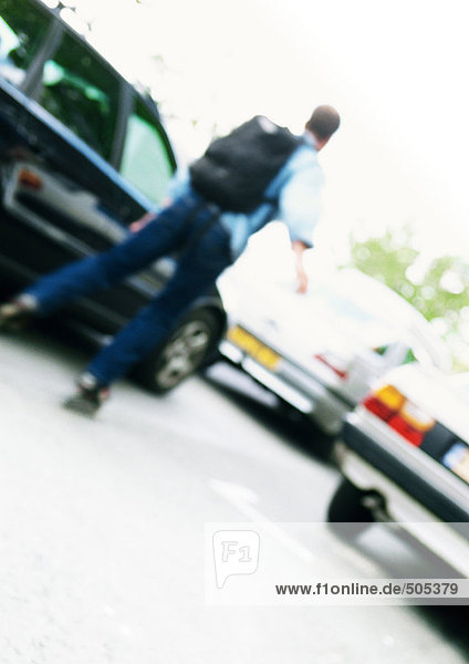 Inline-Skater zwischen den Autos  unscharf