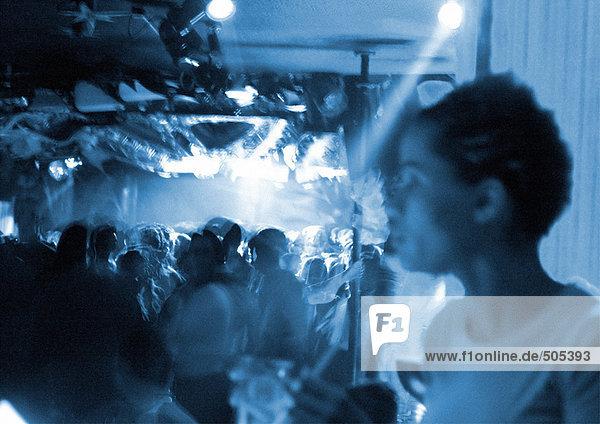 Menschenmenge im Nachtclub  schwarz-weiß  verschwommen.