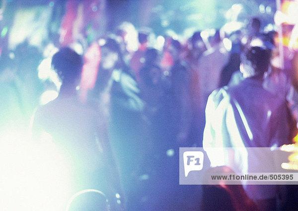 Menschenmenge im Nachtclub  tanzend  verschwommen