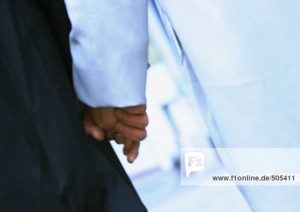 Paar hält sich an den Händen  Nahaufnahme  verschwommen
