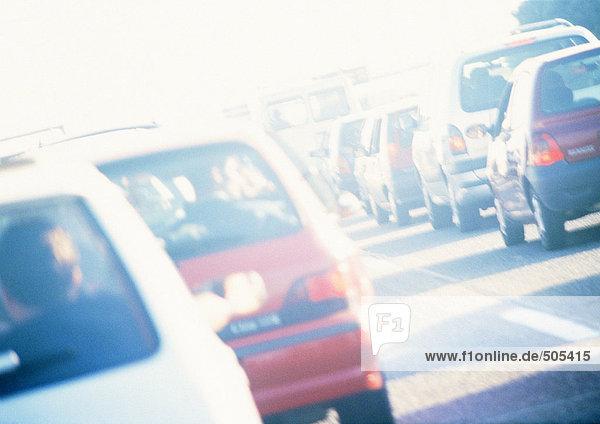 Verkehr in der Straße  Rückansicht  unscharf
