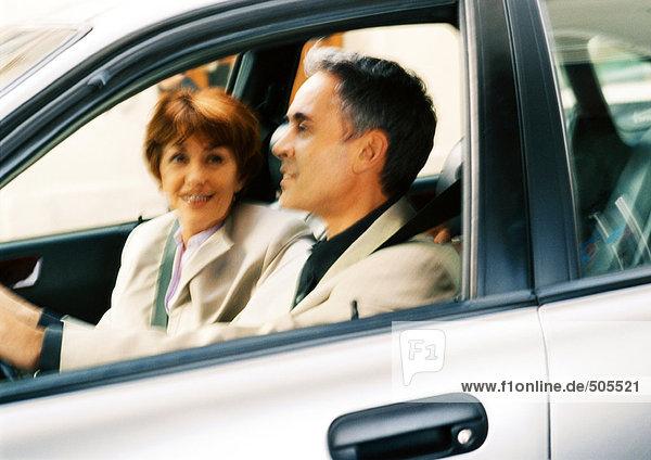 Mann und Frau im Auto  verschwommen