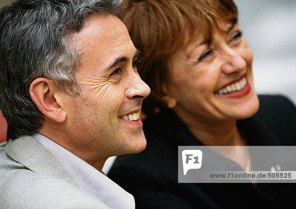 Mann und Frau lächeln  Seite an Seite  Nahaufnahme.