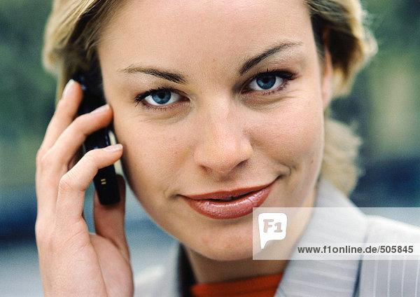 Geschäftsfrau mit Handy  Blick in die Kamera  Nahaufnahme
