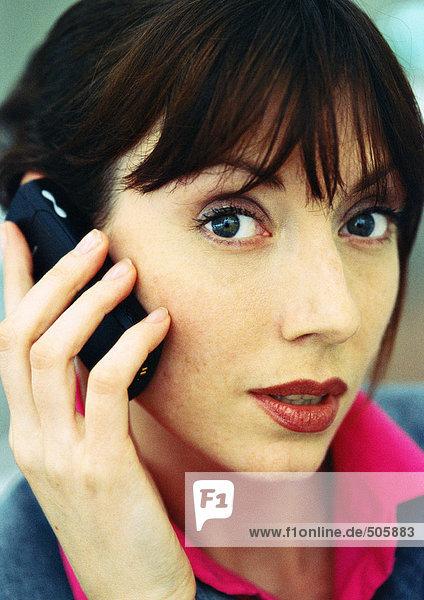 Geschäftsfrau mit Handy  Nahaufnahme  Portrait.