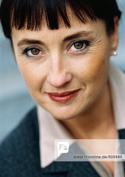 Geschäftsfrau schaut in die Kamera  Nahaufnahme Portrait.