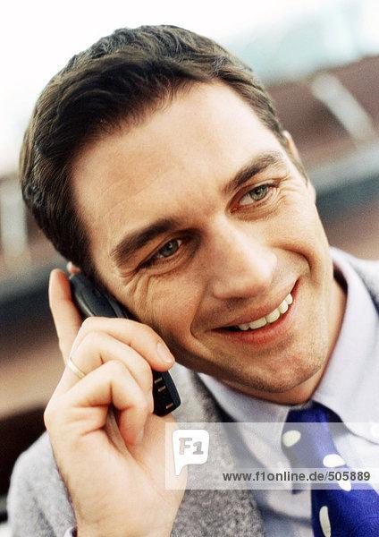 Geschäftsmann mit Handy  Nahaufnahme  Portrait.