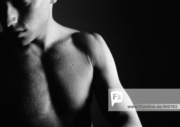 Nacktes Gesicht und Brust des Mannes  Teilansicht  Nahaufnahme  schwarz-weiß. Nacktes Gesicht und Brust des Mannes, Teilansicht, Nahaufnahme, schwarz-weiß.