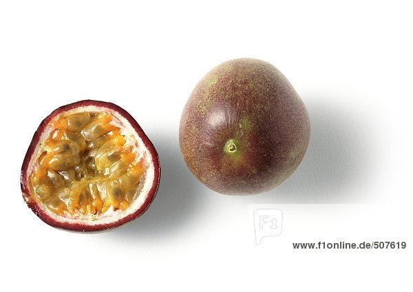 Passionsfrucht und Passionsfruchthälfte