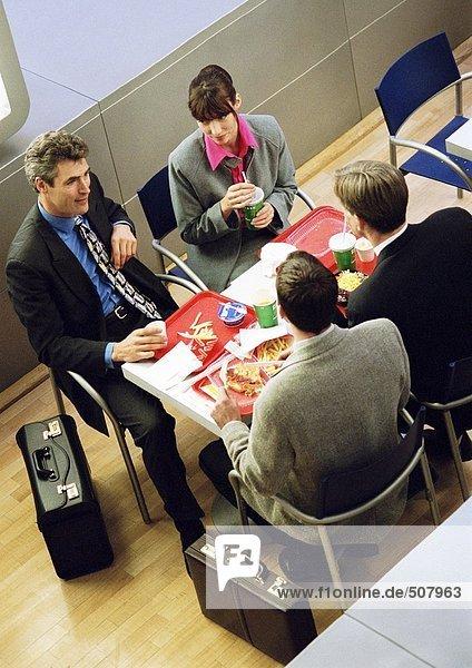 Geschäftsleute beim Mittagessen auf Tabletts  erhöhte Aussicht