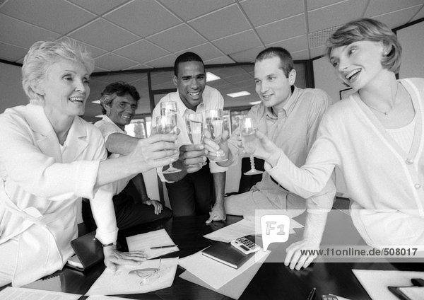 Gruppe von Geschäftsleuten im Konferenzraum  B&W