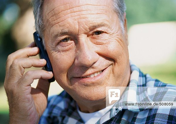Erwachsener Mann mit Handy  Nahaufnahme  Portrait