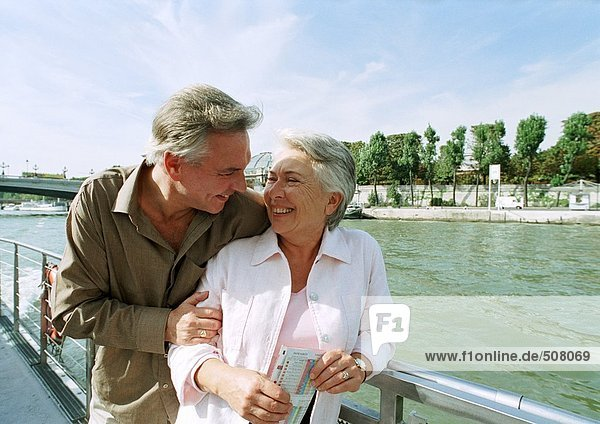 Frankreich  Paris  reifer Mann und Frau auf einem Boot auf der Seine