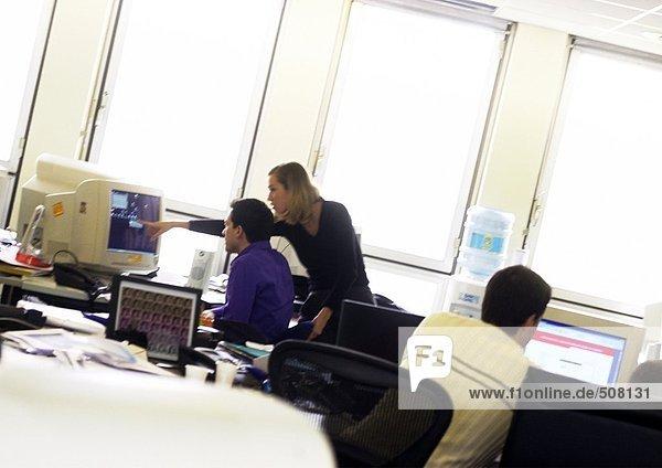 Menschen  die an Computern im Büro arbeiten