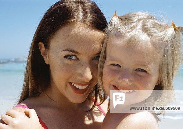 Junge Frau und Kind am Strand  Nahaufnahme
