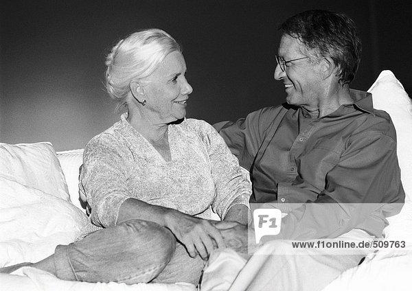 Erwachsenes Paar auf der Couch sitzend  s/w