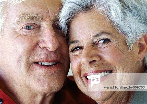 Seniorenpaar Wange an Wange  lächelnd  Portrait