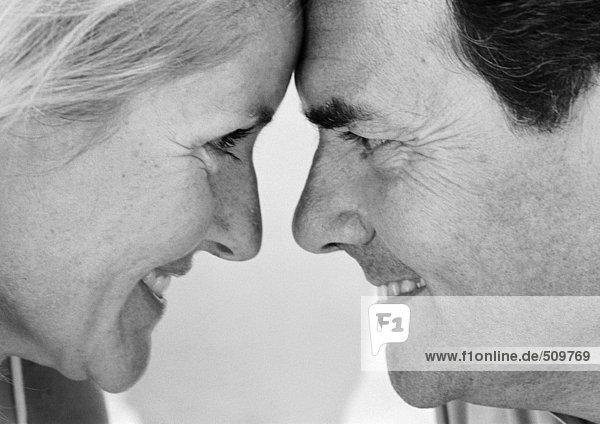 Reife Paare von Angesicht zu Angesicht  lächelnd  Profil