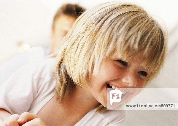 Mädchen lächelnd  Nahaufnahme  Mann im Hintergrund